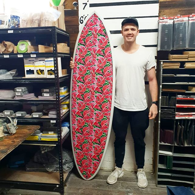 Nothing better seeing a bright material inlay getting done at the studio. Brendan shaped up this 6'8 hybrid and layed up a watermelon  material deck with a clean black pinline. Came out amazing.